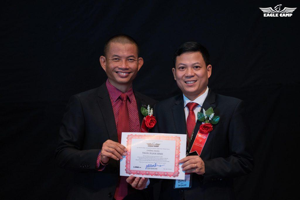 Tôi được Thầy trao chứng nhận tại lớp học Eagle Camp